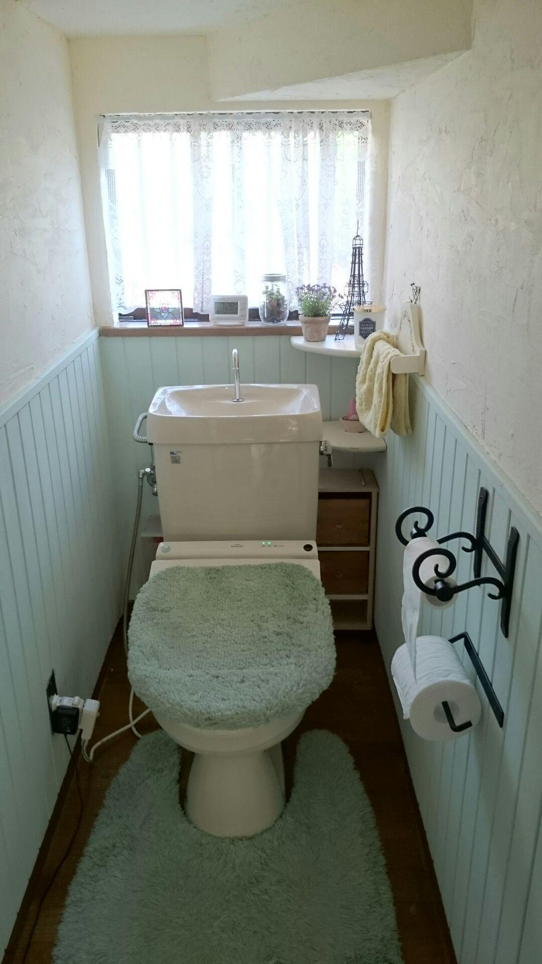 施工例77 トイレの腰壁リフォーム ペイントされた羽目板 羽目板