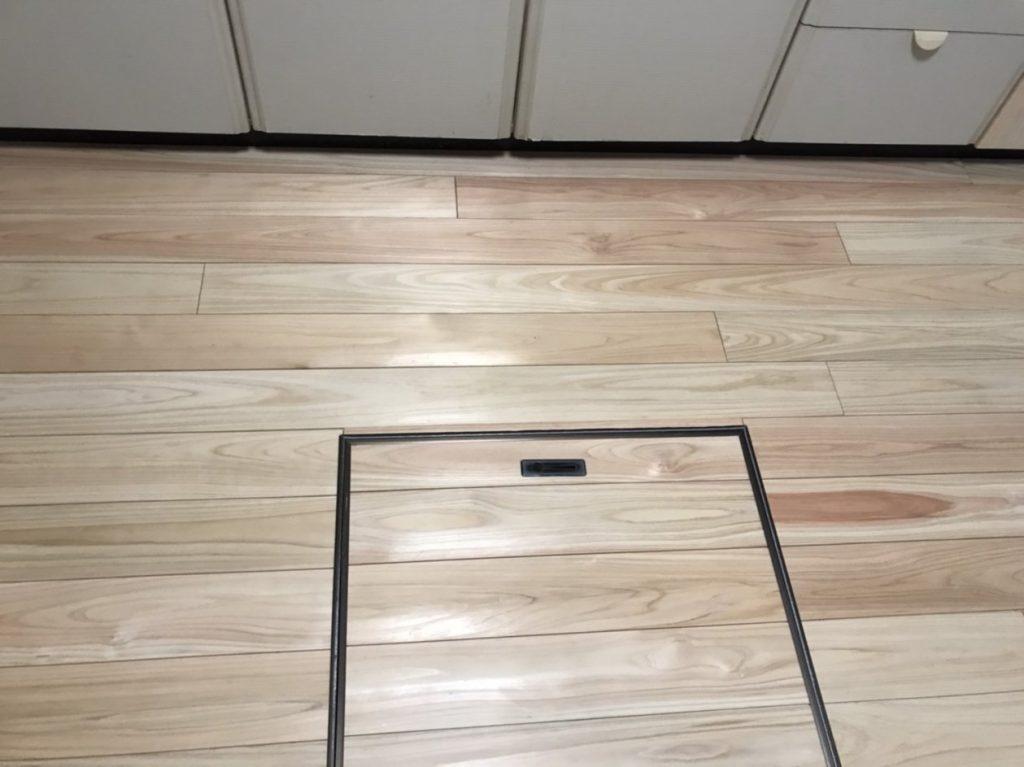 キッチンの床収納に桧
